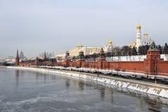克里姆林宫堤防和冻莫斯科河 库存照片