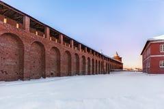 克里姆林宫墙壁和塔在红砖多雪的冬天的历史的中心与一个水平的安排 免版税库存照片