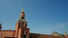 克里姆林宫墙壁和政府大厦在红场在莫斯科 红场在莫斯科,俄罗斯的首都晴朗的 股票录像