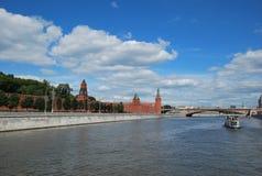 克里姆林宫墙壁的看法从莫斯科河的 免版税库存图片