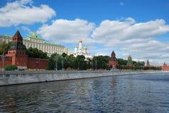 克里姆林宫墙壁的看法从莫斯科河的 免版税库存照片