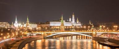 克里姆林宫夜视图有桥梁和河反射的 库存图片