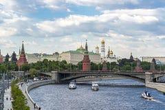 克里姆林宫的全景从莫斯科河,俄罗斯- 2018年5月13日的 免版税库存照片