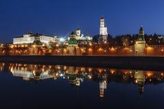 克里姆林宫的全景有一个镜象的在莫斯科河在清早 免版税图库摄影