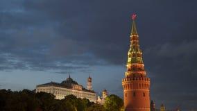 克里姆林宫的塔以移动的云彩为背景的在晚上 股票录像