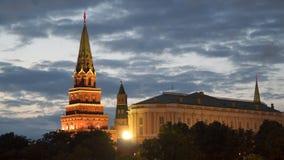 克里姆林宫的塔在莫斯科在晚上 股票视频
