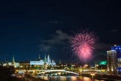 克里姆林宫看法有烟花的在蓝色小时在莫斯科,俄罗斯 5月9日胜利天庆祝在俄罗斯 免版税库存照片
