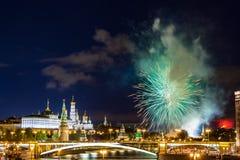 克里姆林宫看法有烟花的在蓝色小时在莫斯科,俄罗斯 5月9日胜利天庆祝在俄罗斯 库存照片