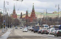 克里姆林宫看法从Prechistenskaya堤防多云天耸立在4月 莫斯科 免版税图库摄影