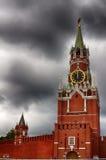 克里姆林宫莫斯科晚上红色spasskaya正方形塔 2005个下午区克里姆林宫红色夏天 区背景中心城市设计喷泉基辅金属莫斯科俄国的购物岗位那里 一个普遍的旅游目的地 库存照片