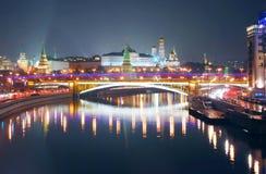 克里姆林宫莫斯科 城市点燃晚上场面 库存照片