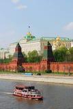 克里姆林宫莫斯科 葡萄酒样式船在莫斯科河航行 免版税图库摄影