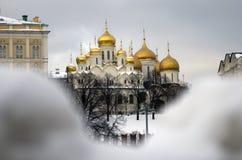 克里姆林宫莫斯科 通过雪被看见的通告和Dormition教会 颜色冬天照片 库存照片