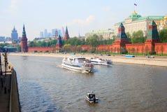 克里姆林宫莫斯科 Cruis运输在莫斯科河的风帆 免版税库存图片
