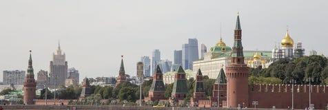克里姆林宫--从新的Zaryadye公园,在红场附近的都市公园的看法位于莫斯科,俄罗斯 免版税库存照片