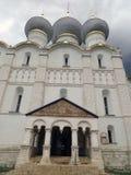 克里姆林宫rostov 假定的大教堂的圆顶看法  库存照片