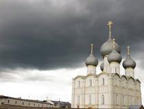 克里姆林宫rostov 反对黑暗的风雨如磐的天空的白色教会 免版税库存图片