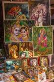 克里希纳和其他神的图象待售在寺庙在圣洁印度城市沃林达文,印度购物 免版税图库摄影