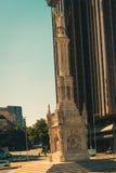 克里斯托弗・哥伦布雕象和西班牙旗子在马德里的中心 库存照片