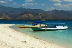 克里斯特尔清除与小船17海岛里翁弗洛勒斯印度尼西亚的水 免版税库存图片