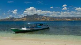 克里斯特尔清除与小船17海岛里翁弗洛勒斯印度尼西亚的水 库存图片