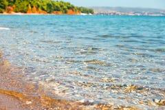 克里斯特尔清除在Halkidiki海滩,希腊的海水 库存图片
