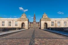 克里斯蒂安堡宫殿入口在一天空蔚蓝下的在一好日子 图库摄影