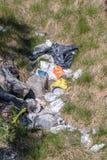 克里斯蒂安桑,挪威- 2019年5月:堆在绿草的垃圾在自然 免版税库存图片