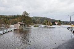 克里斯蒂安桑,挪威- 2017年10月3日:充斥从河Tovdalselva在克里斯蒂安桑,挪威 水充斥 库存图片