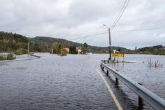 克里斯蒂安桑,挪威- 2017年10月3日:充斥从河Tovdalselva在克里斯蒂安桑,挪威 水充斥 免版税库存图片