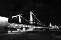 克里米亚半岛(Krymsky)桥梁在莫斯科 被停泊的晚上端口船视图 免版税库存照片