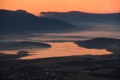 克里米亚半岛Baidar谷的湖冬天早晨 免版税库存图片