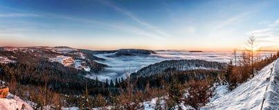 克里米亚夜间高涨纵向发出光线星期日乌克兰冬天 免版税图库摄影