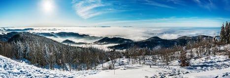 克里米亚夜间高涨纵向发出光线星期日乌克兰冬天 免版税库存图片