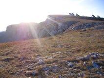 克里米亚的壮观的美丽如画的山风景从AI陪替氏山的顶端与树 图库摄影