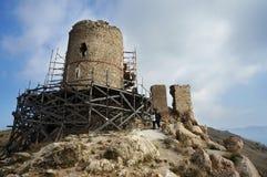 克里米亚, Balaklava 热那亚人的堡垒羽管键琴1357通过修建恢复的森林围拢了,在登上Kastron agains的立场 库存照片