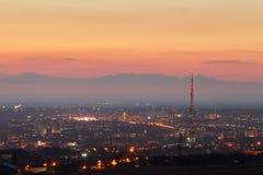 克里米亚 从一个鸟` s眼睛视图的辛菲罗波尔在落日的光芒 城市在背后照明 免版税库存图片