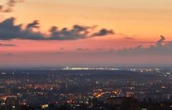 克里米亚 从一个鸟` s眼睛视图的辛菲罗波尔在落日的光芒 城市在背后照明 图库摄影
