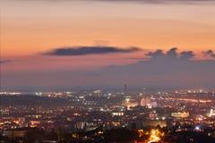 克里米亚 从一个鸟` s眼睛视图的辛菲罗波尔在落日的光芒 城市在背后照明 免版税图库摄影