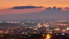 克里米亚 从一个鸟` s眼睛视图的辛菲罗波尔在落日的光芒 城市在背后照明 库存照片