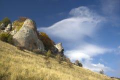 克里米亚 山和干草原风景 各种各样的形状和金黄草岩石冰砾  免版税库存图片