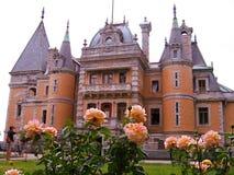 克里米亚 Massandra宫殿 在他前面的黄色玫瑰 库存图片