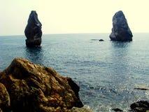 克里米亚gurzuf岩石尝试二的海运游泳 在海岸的冰砾 免版税库存图片