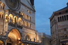 克雷莫纳大教堂和洗礼池  免版税库存照片