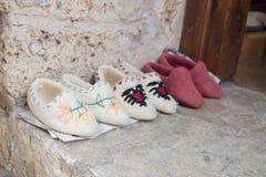 克鲁亚,阿尔巴尼亚- 2018年6月:传统无背长椅市场在Kruja,民族英雄斯甘德伯诞生镇  旧货市场 库存图片