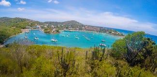 克鲁斯海湾全景在圣约翰USVI,加勒比海岛上的主要城镇  库存照片