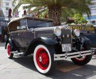 克鲁斯港- 7月14 :在镇大道的福特模型A,  免版税库存图片