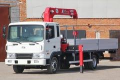 克麦罗沃,俄罗斯- 2015年5月14日:站立在建造场所的伟大的卡车起重机 免版税库存图片