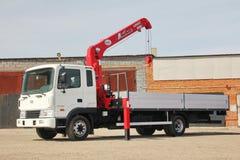 克麦罗沃,俄罗斯- 2015年5月14日:站立在建造场所的伟大的卡车起重机 图库摄影