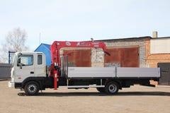 克麦罗沃,俄罗斯- 2015年5月14日:站立在建造场所的伟大的卡车起重机 库存图片